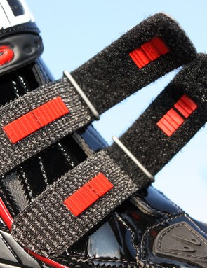Toothed inserts on the twin forefoot straps prevent loosening for especially strong riders