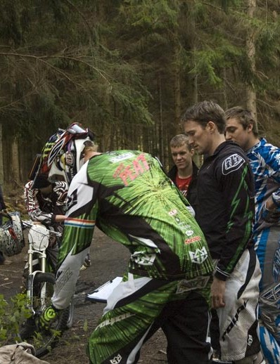 Steve Peat talks to eventual winner Michael Vickers