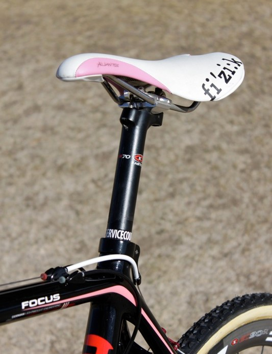 The Fi:zi'k Aliante saddle is color matched and mounted to a durable two-bolt alloy Easton EA70 seat post