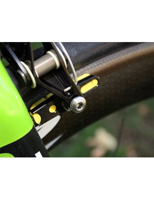 Titanium and aluminum hardware help keep the eebrake to under 200g for a full set including pads and hardware