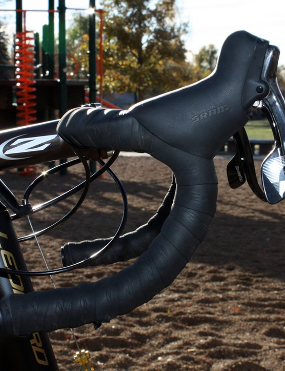 Joachim Parbo (KCH-Leopard Cycles) uses Zipp's Short&Shallow-bend Service Course SL bar with the levers mounted high