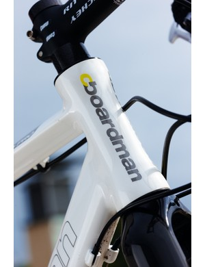 The short head tube uses an inset headset so you can get down low if you switch out the carbon-fibre stem spacers