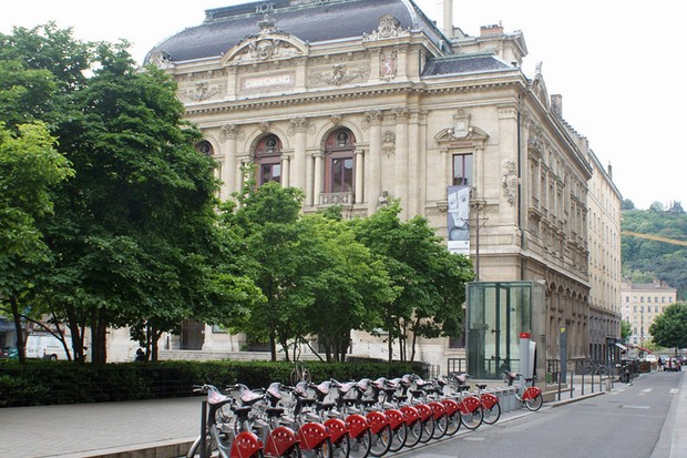 Lyon's successful Velo'v scheme works in a similar way to London's Barclays Cycle Hire project