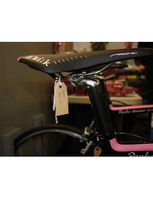 The equipment spec includes a Fizik Arione saddle