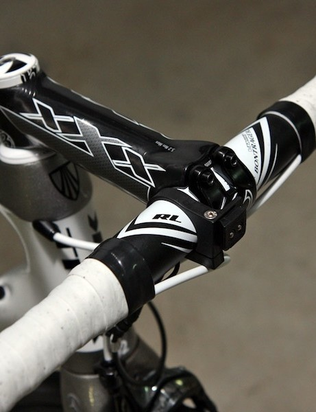An aluminum bar is clamped in the 140mm carbon fiber stem