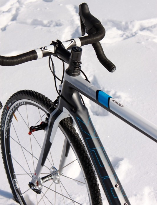 Cables are internal, while the E2 tapered head tube offers greater frontend stability