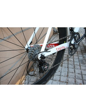 The rear derailleur cable is safely tucked away inside the driveside chain stay.