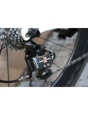 Campagnolo's Record 11 rear derailleur uses aluminum knuckles instead of the carbon ones on the Super Record model.