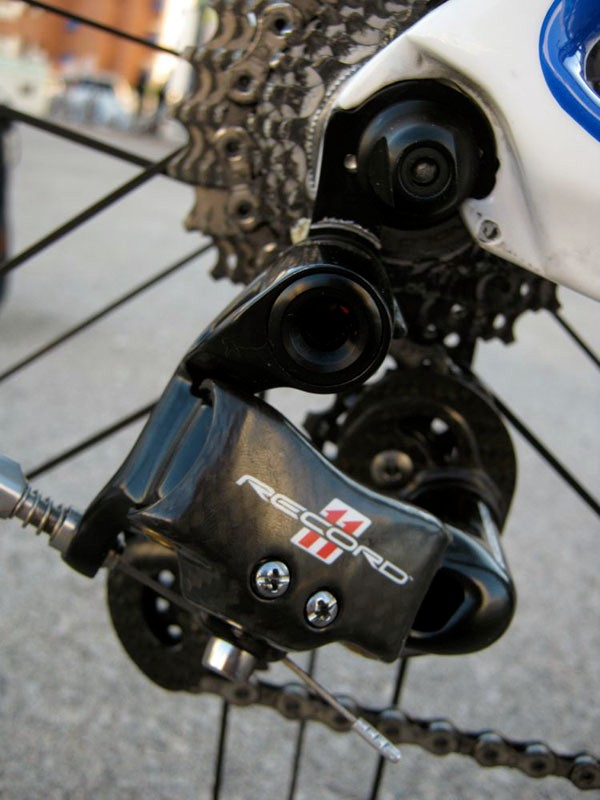 Campagnolo's second-tier Record 11 rear derailleur uses aluminum knuckles instead of Super Record's carbon fiber ones.