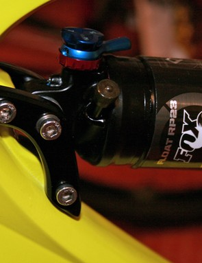 For comparison, here's the upper shock mount on the standard Mojo HD