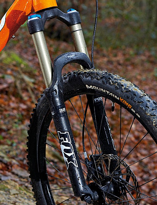 You want long travel? You got it. Fox's 32 FLOAT RL fork serves up 140mm (5.5in) of air sprung, rock-munching movement