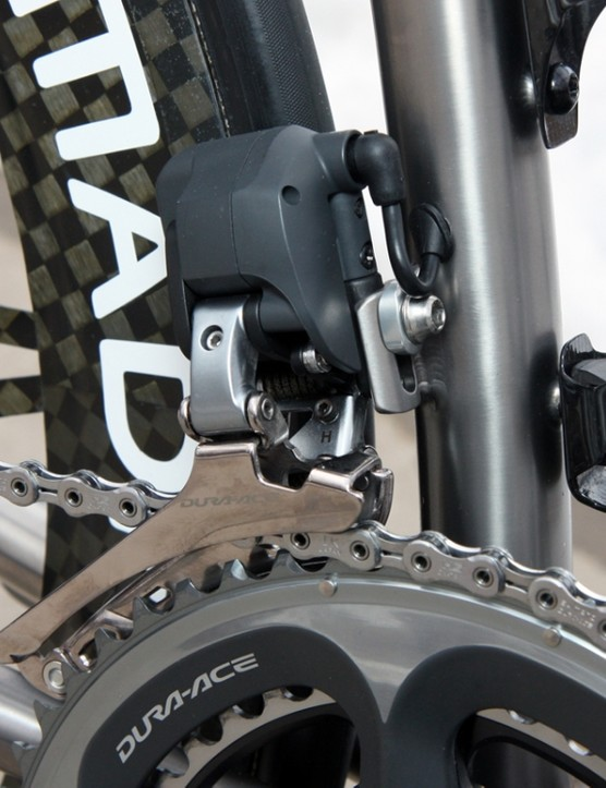 The Shimano Dura-Ace Di2 front derailleur normally requires additional bracing from the seat tube but that's not possible with this curved-tube design