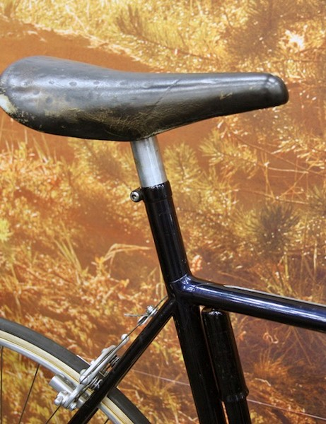 Think integrated seatposts and seat tubes are new?  Tom Ritchey did this semi-integrated setup years ago and the saddle rails have been replaced with another alloy tube welded directly to the adjoining post