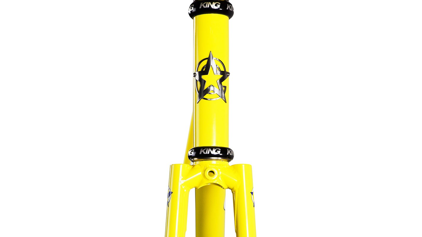 Not tapered, the head tube is a classic straight 1 1/8in