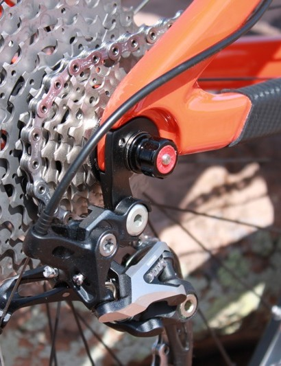 A new derailleur hanger sandwiches the carbon drive side dropout