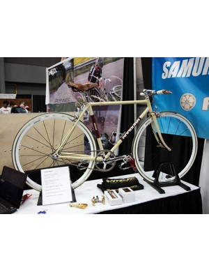 Annoura also showed this cream-colored singlespeed urban bike complete with an intriguing threaded/threadless stem