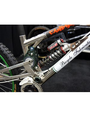 The top tube-mounted linkage controls the shock rate while also helping to stiffen the single-pivot rear swingarm