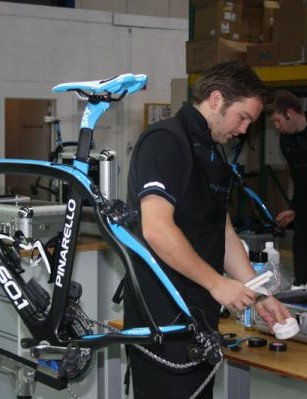 Filip puts the finishing touches to Wiggins's bike