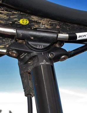 The well designed twin-bolt seatpost angles the bolts outward for easy tool access and includes a long, reversible lower cradle for better support of lightweight saddle rails