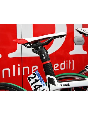The Look E-Post on Cofidis team bikes is not only impervious to slipping but also lends some vibration damping courtesy of the elastomer inserts in between the mast head and frame.