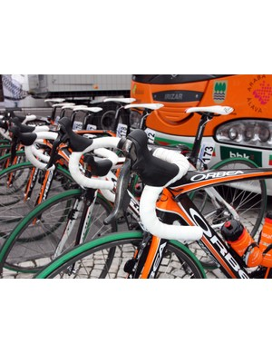 Interestingly, Euskaltel-Euskadi used Shimano's standard Dura-Ace group in De Ronde instead of their more usual Di2 electronic transmissions.