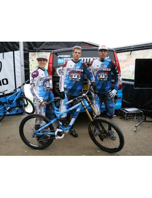 Rachel, Dan and Gee show off their new Commencal Supreme V3