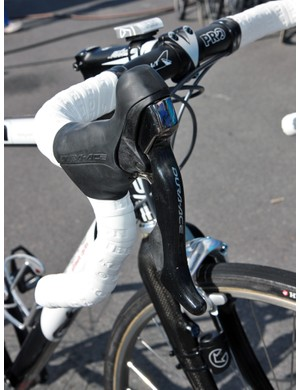 Frederic Guesdon (FDJ) has Shimano Dura-Ace mechanical levers installed on his old aluminum Lapierre X-Lite