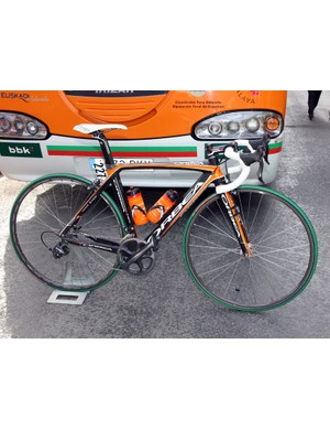 Euskaltel-Euskadi appeared to use their standard Orbea Orca framesets, with no visible modifications to the chassis. Equipment adjustments included box-section aluminum tubular wheels, taller gearing, some double-wrapped bars, slightly wider rubber, and bottle cages built up with electrical tape for better grip