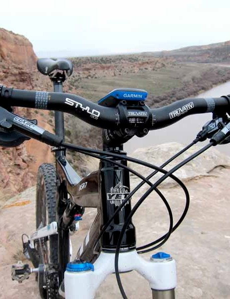 Yeti's Enduro build kit comes with an impressive set of Avid Elixir 5 brakes, housed on a Truvativ bar/stem combo