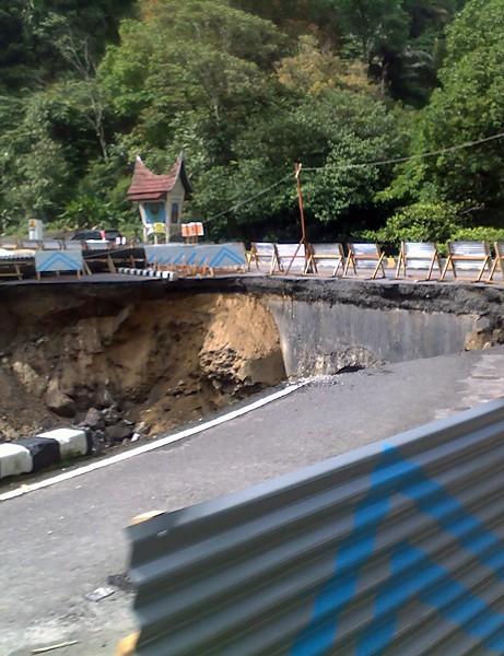 Earthquake-damaged roads in Sumatra