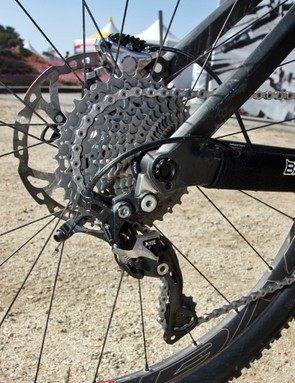 A 142x12mm through-axle lends extra rigidity to the rear end