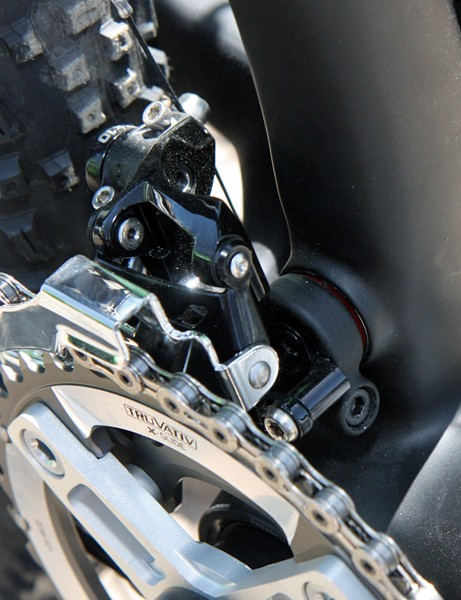 The swingarm-mounted front derailleur tracks the chain throughout the travel and also allows for more complex seat tube shaping