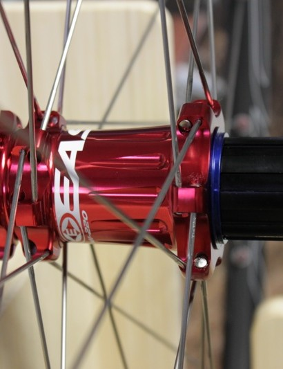 The freehub body is 7050-alloy, while the hub runs on double sealed ceramic bearings