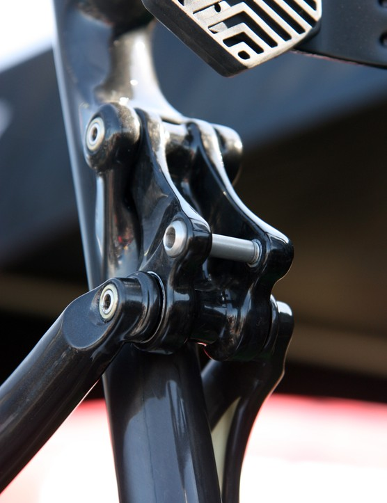 The carbon upper link is the same as last year and features the same locking hardware and sealed bearing pivots