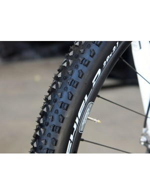 The new tubeless-ready Syncros FLavor tire utilizes a fast-rolling, low-profile tread