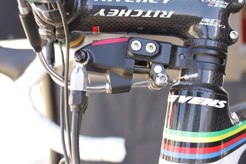 The hydraulic master is actuated by standard road brake levers; this also allows use of in-line bar top levers