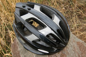 Louis Garneau uses a combination of a visible fiber composite structure and an internal ring to reinforce the Quartz during impact