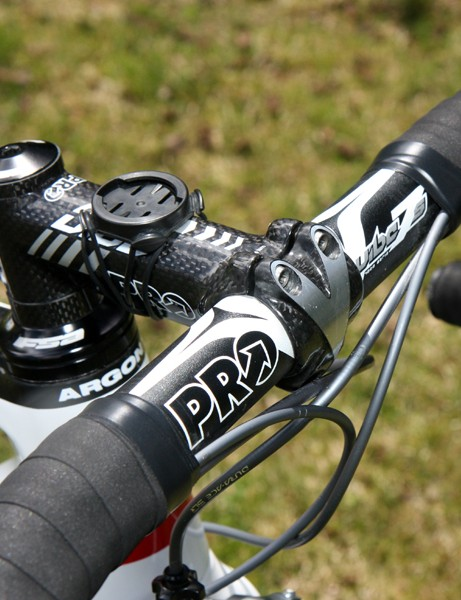 Lucas Euser (Team SpiderTech p/b C10) uses an alloy handlebar clamped in a carbon-wrapped aluminum stem.