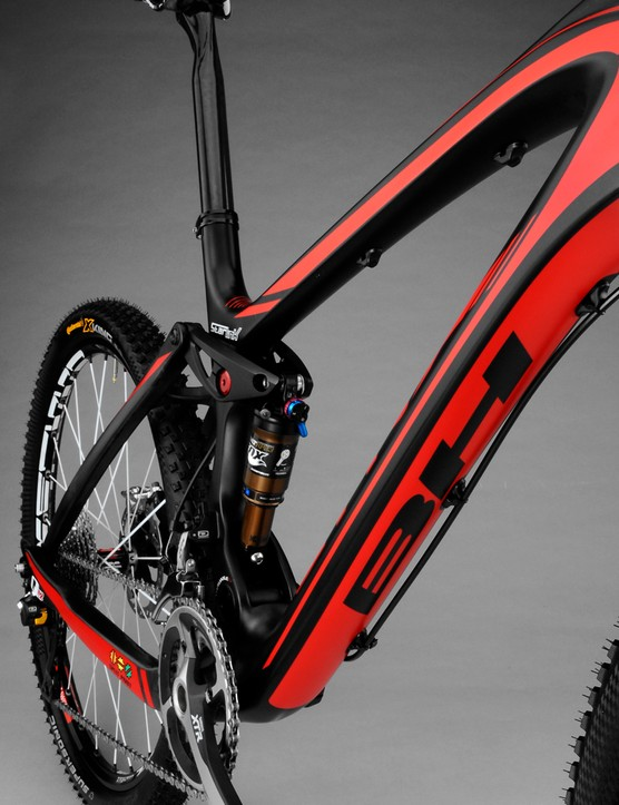 A new Fox RP23 Adaptive Logic shock run with minimal air pressure is key to the Lynx's performance
