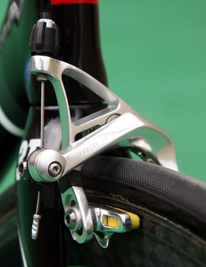 The standard SRAM Red brake calipers are fitted with carbon-specific SwissStop Yellow King pads