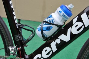 Lightweight carbon fiber Arundel Mandible cages hold tightly on to CamelBak Podium bottles