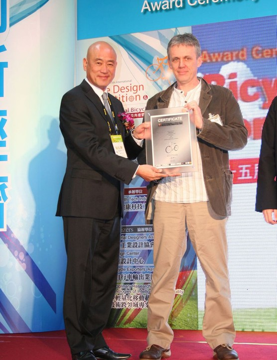 Heath Reed receives his award from the chairman of the Taiwan Bicycle Exporters Association