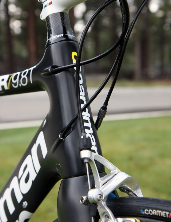 The internally routed cables are fed into the tapered head tube.