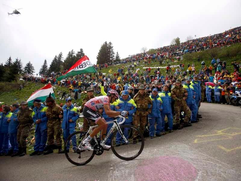 Alberto Contador climbs the Monte Zoncolan