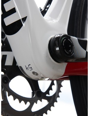See that rib running along the underside of the bottom bracket shell? That tube guides the internally routing derailleur housing and Focus claim it also helps stiffen the tube