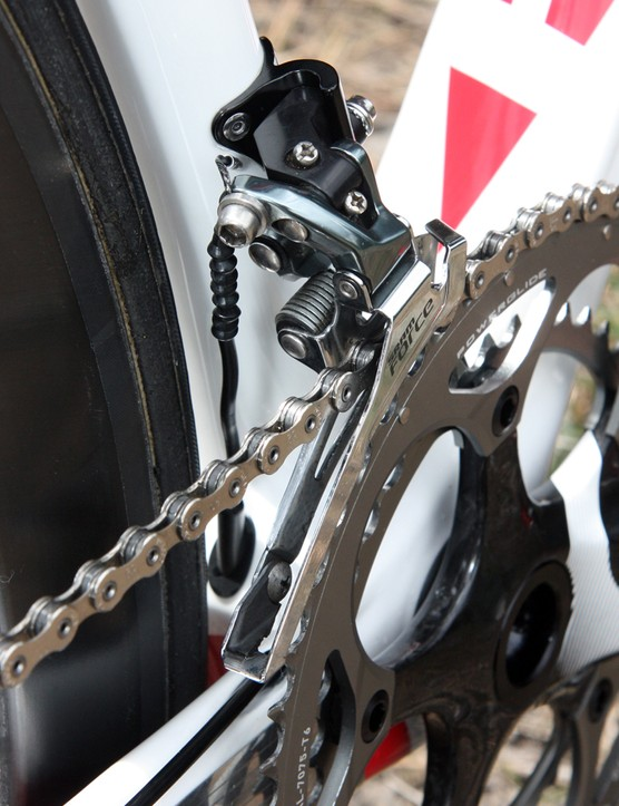 Extensive sealing keeps dirt and water out of the front derailleur line