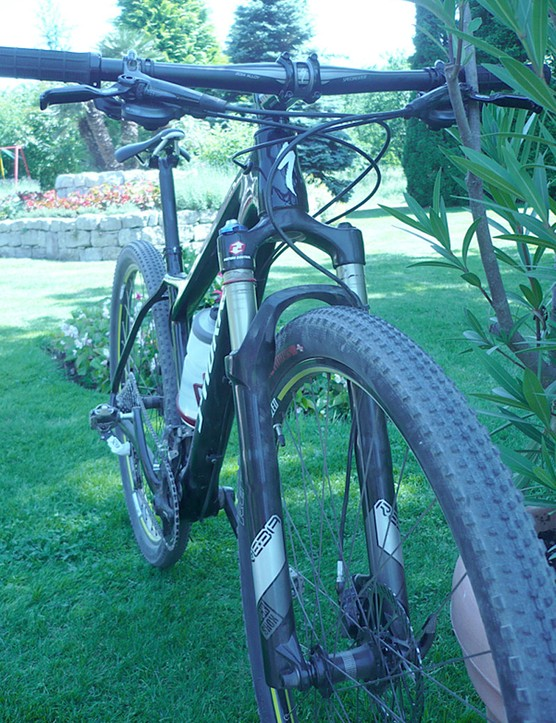 Looking at the Specialized Fater 29er from the front.