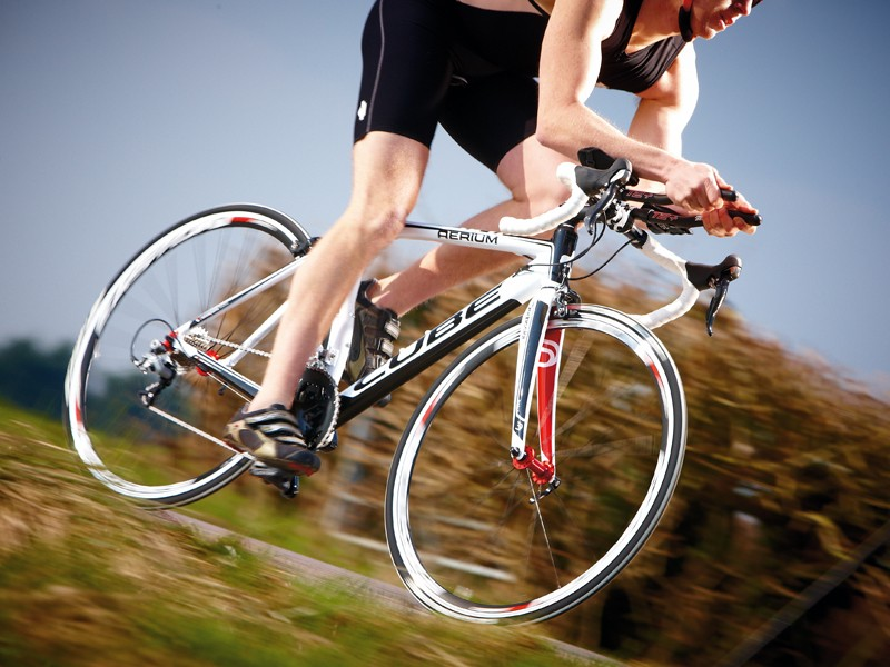 Thanks to low weight it feels lively and quick through the    pedals, picking up speed easily as you click through the gears