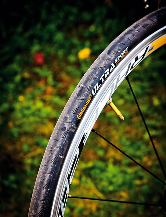 Fatter 25c tyres make the S55 slightly more comfortable and more forgiving on rough roads