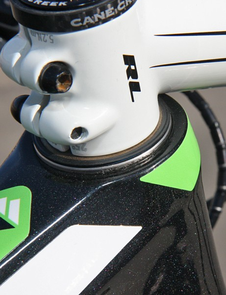 Omitting the upper headset cover leaves the bearings exposed to the elements but saves another few millimeters of stack height